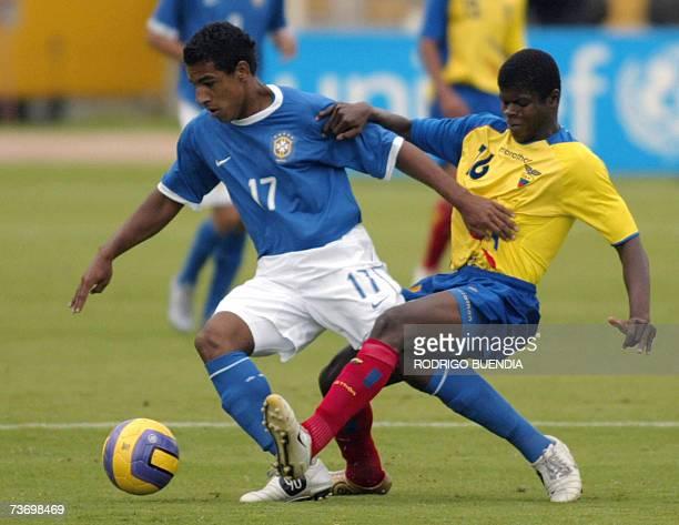 Tiago de Brasil pelea un balon con Armando Caicedo de Ecuador durante la ronda final del Campeonato Sudamericano sub17 en el estadio Olimpico...