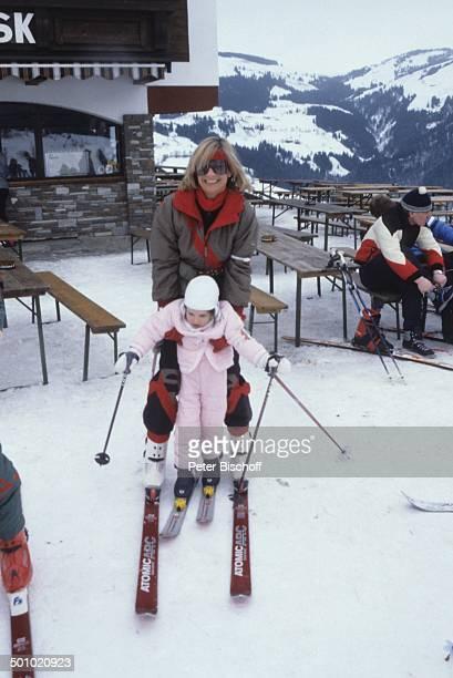 F r i t z W e p p e r Angela Wepper Tochter Sophie Wepper Winterurlaub in Tirol Söll Österreich Schnee Berg Winteranzug Skianzug Skier Mütze...
