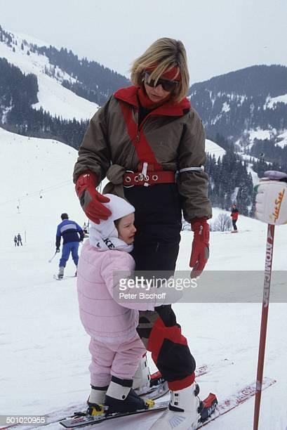 F r i t z W e p p e r Tochter Sophie Wepper Angela Wepper Winterurlaub in Tirol Söll Österreich trösten Schnee Berg Winteranzug Skianzug Skier Mütze...