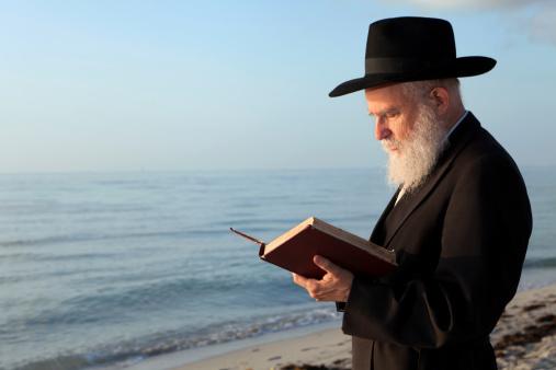 Rabbi praying 184301671