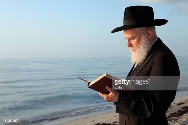 rabino rezar - judaísmo fotografías e imágenes de stock