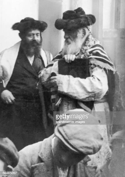 Rabbi wearing a prayer shawl Photography Around 1905 [Rabbi im Gebetsmantel Photographie Um 1905]