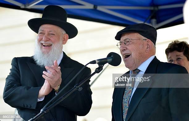 Rabbiner Tovia BenChorin und Rabbiner Yizhak Ehrenberg sprechen anlässlich der geinsamen Protestkundgebung von Juden und Moslems unter dem Motto...