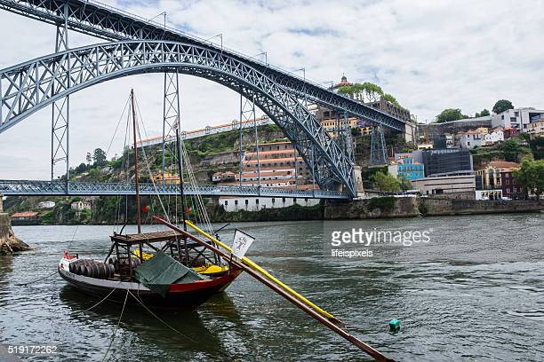 rabelo boat on the douro river, porto, portugal - lifeispixels fotografías e imágenes de stock