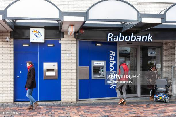 Rabobank geldautomaat met mensen die geld opnemen in Amsterdam Bijlmer