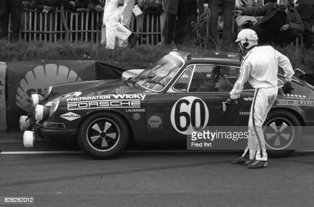 Race car driver getting into his Porsche 911 T Willy Meier Jean de Mortemart #60 Le Mans 1968 24 hour endurance race Race car driver Position 48