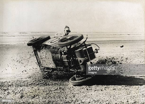 Race driver?s accident: F. Allen`s race car is turning over during the race on the English circuit of Southport. Photography. About 1930. [Unfall...