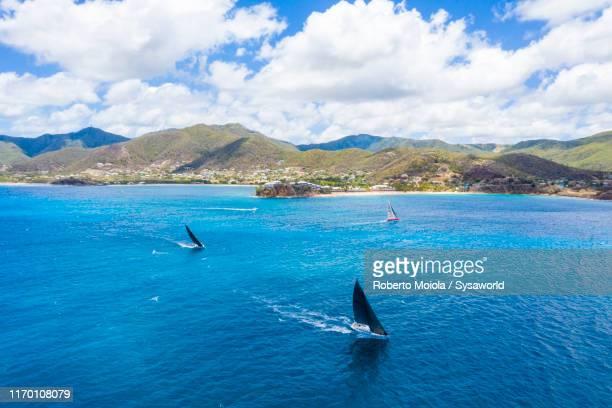 race of sailboats in the caribbean sea, antilles - isla de antigua fotografías e imágenes de stock
