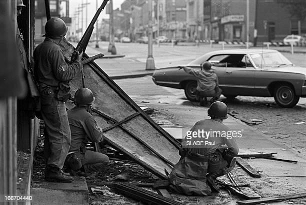 Race Riots At Newark New Jersey New Jersey Newark 17 Juillet 1967 Graves emeutes raciales près de New Yorksur le trottoir d'une rue deserte des...