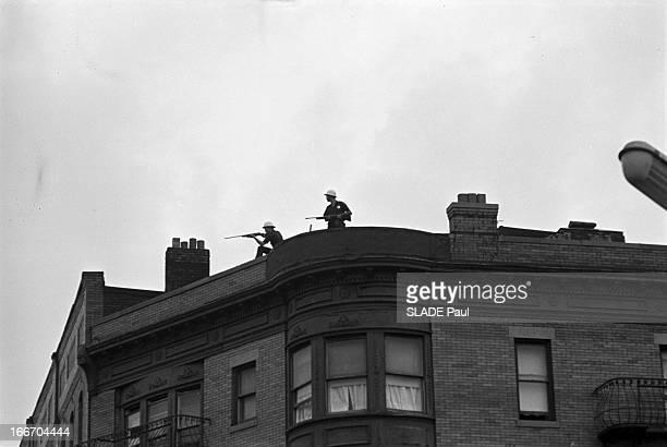 Race Riots At Newark New Jersey New Jersey Newark 17 Juillet 1967 Graves emeutes raciales près de New York deux sentinelles casquées fusils en main...