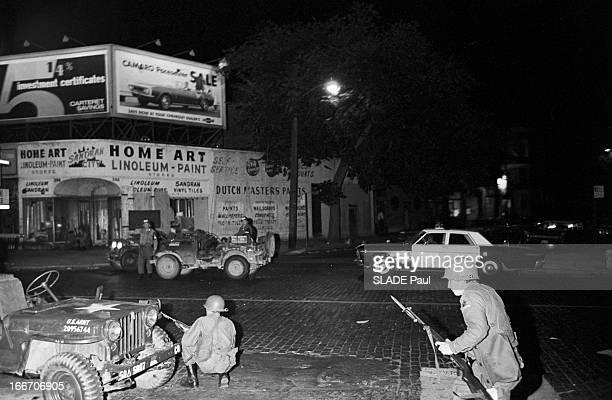 Race Riots At Newark New Jersey New Jersey Newark 17 Juillet 1967 Graves emeutes raciales près de New York la nuit sur une rue deserte un groupe de...