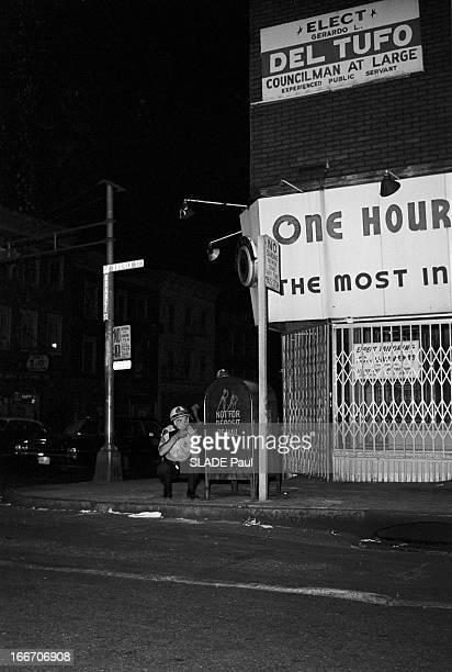 Race Riots At Newark New Jersey New Jersey Newark 17 Juillet 1967 Graves emeutes raciales près de New York la nuit sur un trottoir un homme de la...