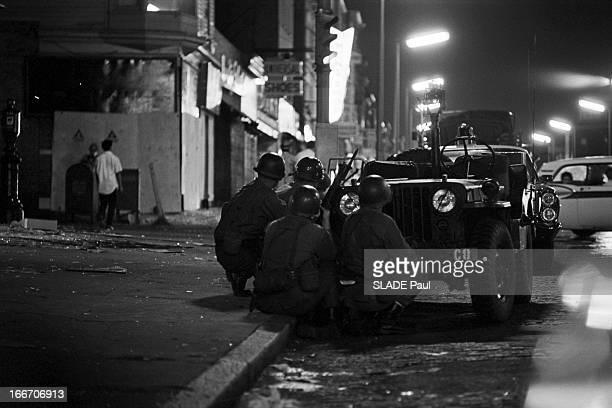 Race Riots At Newark New Jersey New Jersey Newark 17 Juillet 1967 Graves emeutes raciales près de New York la nuit dans une rue des soldats de la...