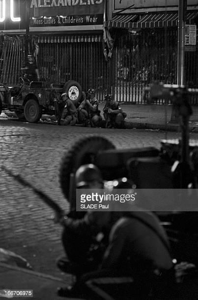Race Riots At Newark New Jersey New Jersey Newark 17 Juillet 1967 Graves emeutes raciales près de New York la nuit dans une rue sur le trottoir...