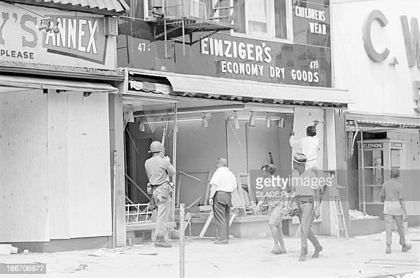 Race Riots At Newark New Jersey New Jersey Newark 17 Juillet 1967 Graves emeutes raciales près de New York sur une avenue un magasin dévasté et...