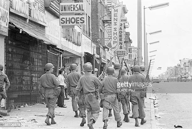 Race Riots At Newark New Jersey New Jersey Newark 17 Juillet 1967 Graves emeutes raciales près de New York sur un trottoir de Springfield Avenue...