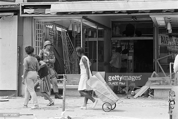 Race Riots At Newark New Jersey New Jersey Newark 17 Juillet 1967 Graves emeutes raciales près de New York un soldat de la Garde nationale armé en...
