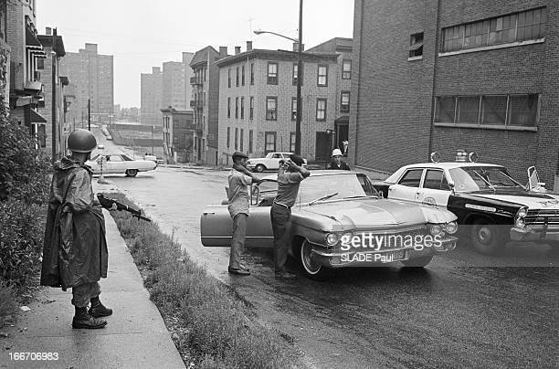 Race Riots At Newark New Jersey New Jersey Newark 17 Juillet 1967 Graves emeutes raciales près de New York arrestation de deux Afroamréicains par un...