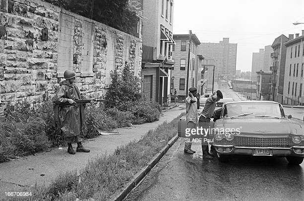 Race Riots At Newark New Jersey New Jersey Newark 17 Juillet 1967 Graves emeutes raciales près de New York arrestation de deux Afroaméricains par un...