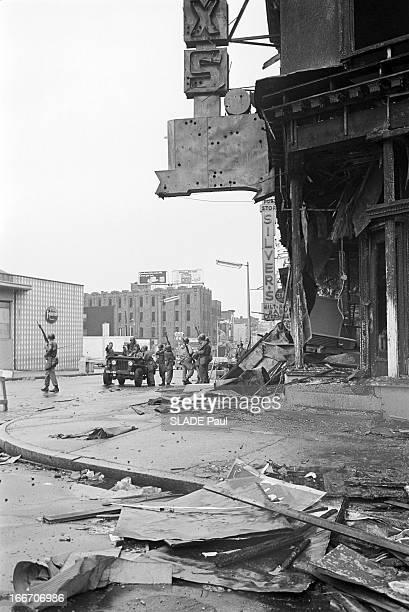 Race Riots At Newark New Jersey New Jersey Newark 17 Juillet 1967 Graves emeutes raciales près de New York à un carrefour une troupe de soldats de la...