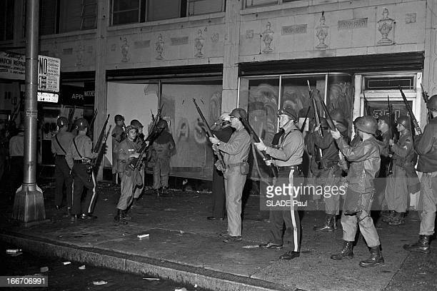 Race Riots At Newark New Jersey New Jersey Newark 17 Juillet 1967 Graves emeutes raciales près de New York la nuit sur un trottoir des soldats de la...