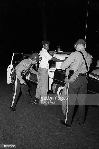 Race Riots At Newark New Jersey New Jersey Newark 17 Juillet 1967 Graves emeutes raciales près de New York la nuit un jeune garçon Afroaméricain...