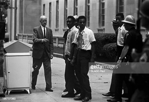 Race Riots At Newark New Jersey New Jersey Newark 17 Juillet 1967 Graves emeutes raciales près de New York en la présence d'un homme âgé en costume...