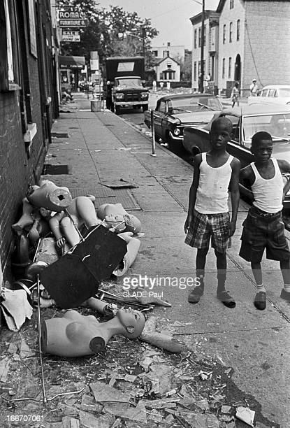 Race Riots At Newark New Jersey New Jersey Newark 17 Juillet 1967 Graves emeutes raciales près de New York deux jeunes garçons Afroaméricains en...