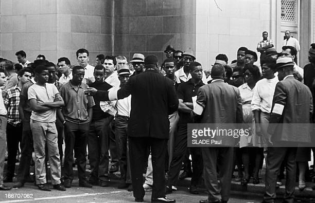 Race Riots At Newark New Jersey New Jersey Newark 17 Juillet 1967 Graves emeutes raciales prs de New York sur un trottoir un groupe d'habitants masss...
