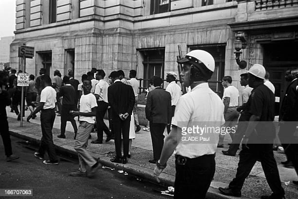 Race Riots At Newark New Jersey New Jersey Newark 17 Juillet 1967 Graves emeutes raciales près de New York un trottoir un groupe d'habitants se...