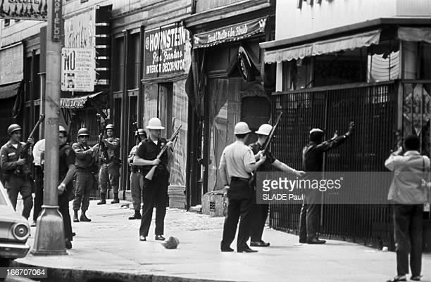 Race Riots At Newark New Jersey New Jersey Newark 17 Juillet 1967 Graves emeutes raciales près de New York arrestation d'un homme Afroaméricain mains...
