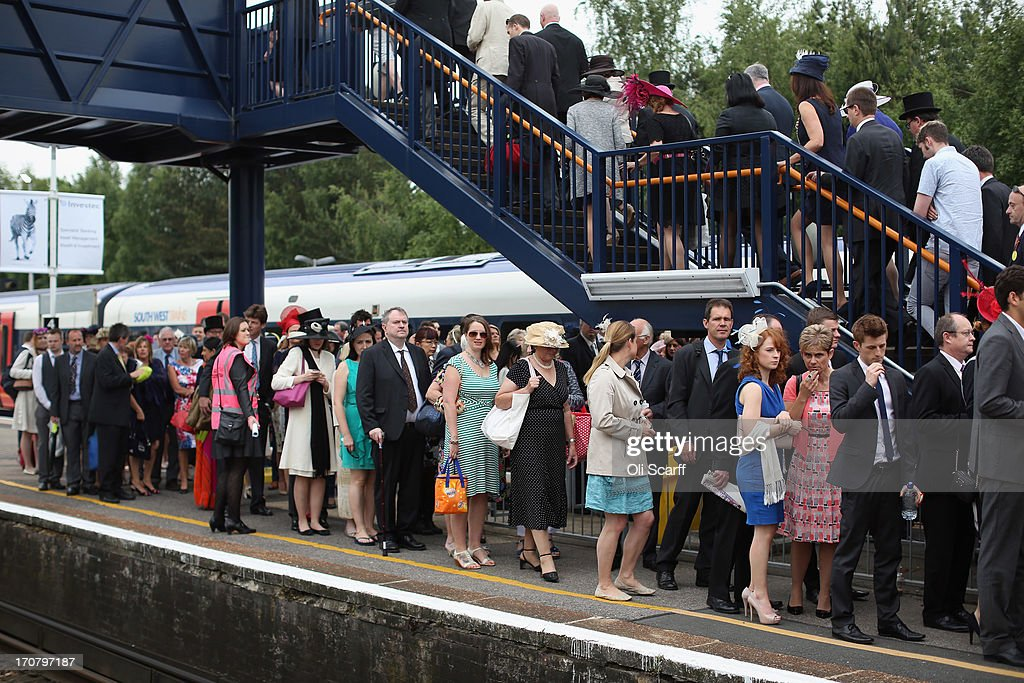 Racegoers Travel By Train For The First Day Of Royal Ascot : Foto jornalística