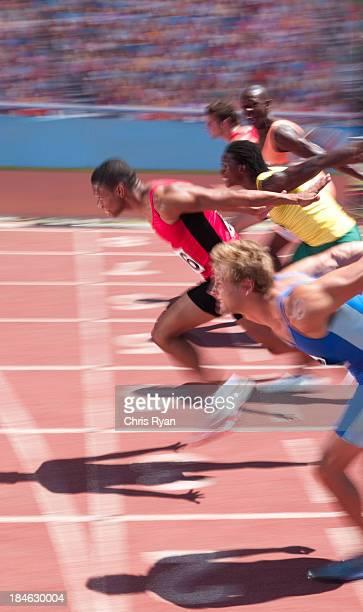 de montaña masculinos en una pista - deporte de competición fotografías e imágenes de stock