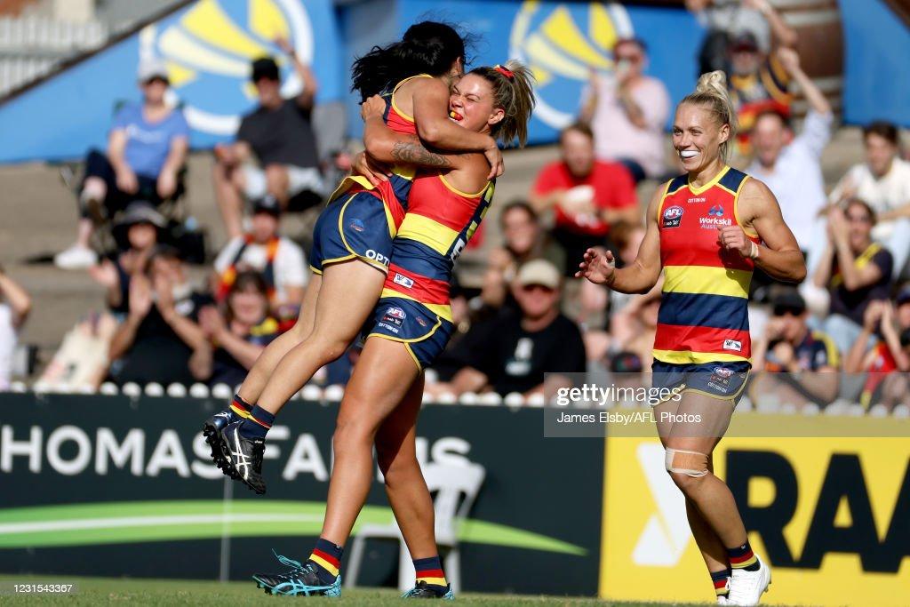 AFLW Rd 6 - Adelaide v Gold Coast : ニュース写真