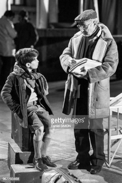 Rachid Ferrache et Gérard Oury sur le tournage du film 'L'as des as' à Munich le 30 avril 1982, Allemagne.