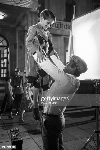 Rachid Ferrache et Jean-Paul Belmondo sur le tournage du film 'L'as des as' réalisé par Gérard Oury à Munich le 30 avril 1982, Allemagne.