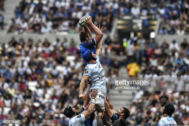 Racing 92's French flanker Wenceslas Lauret vies with Castres' French flanker Anthony Jelonch during the French Top 14 rugby union semi-final match...