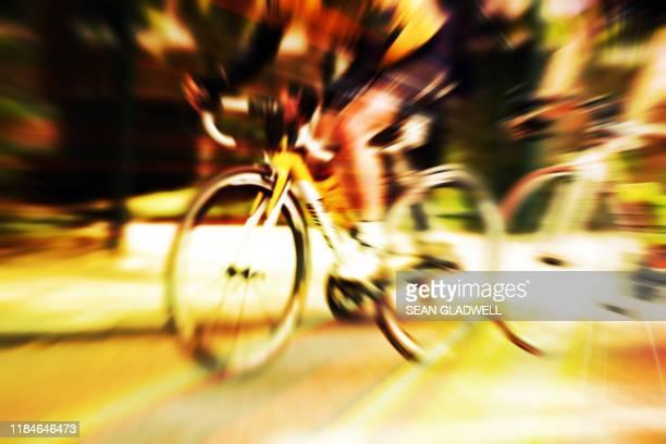 racing cyclist - gele trui fietstrui stockfoto's en -beelden