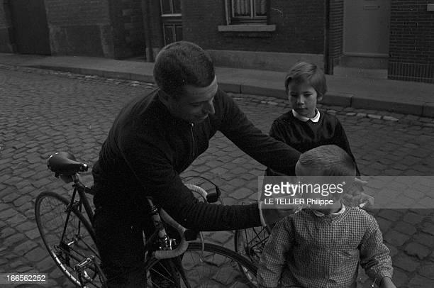Racing Cyclist Rick Van Looy 1962 le 13 avril portrait du coureur cycliste belge Rick VAN LOOY Dans une rue pavée assis sur sa bicyclette en costume...