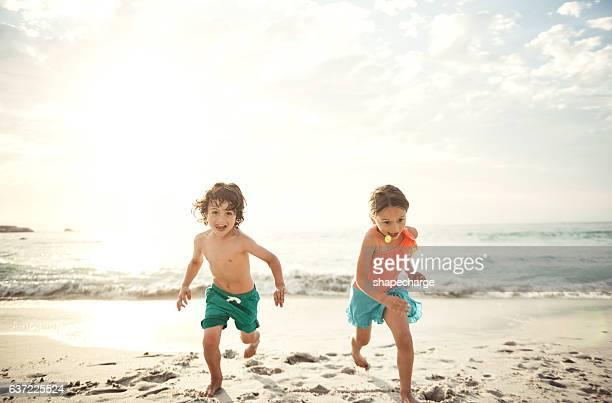 racing each other across the sand - ensolarado - fotografias e filmes do acervo
