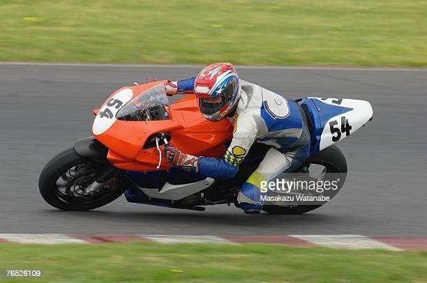 racing motor bike cornering - コーナリング ストックフォトと画像