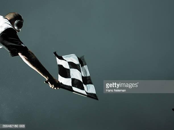 racing official waving checkered flag - acabar fotografías e imágenes de stock