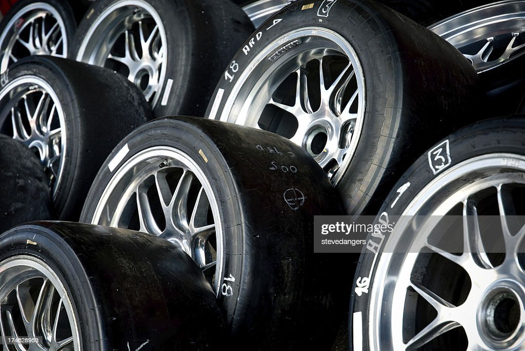 Los neumáticos en aleación de carreras : Foto de stock