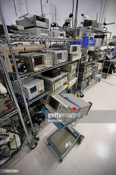 ラックフル hightech の電子機器は、工業用建物 - buzbuzzer ストックフォトと画像