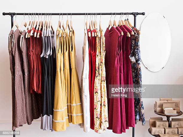 rack of dresses in boutique - kleid stock-fotos und bilder