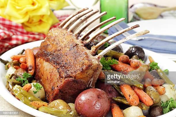 rack of lammkoteletts - osterlamm stock-fotos und bilder