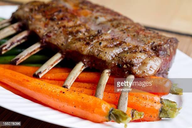 lammkoteletts mit karotten und grünen bohnen - osterlamm stock-fotos und bilder