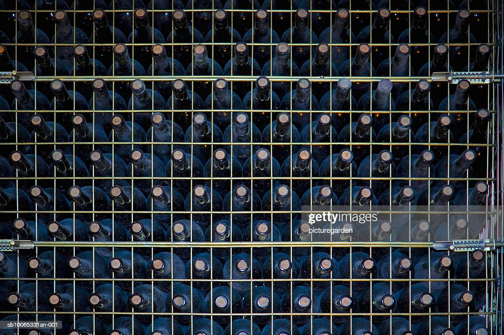 Rack with wine bottles, full frame : Foto stock