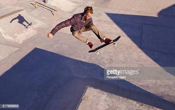 rad day at the skate park - stunt stockfoto's en -beelden