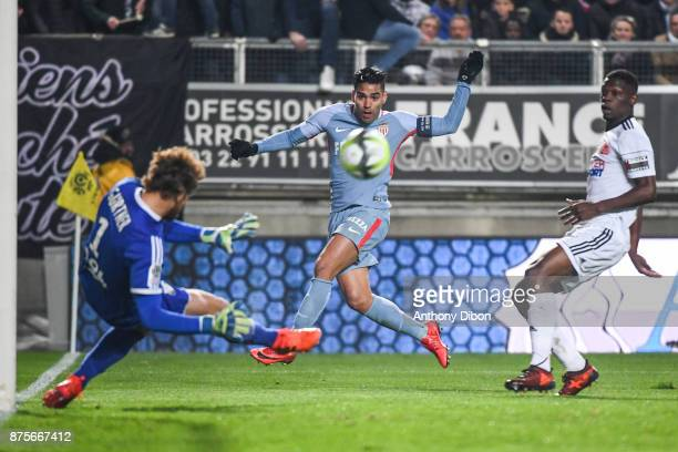 Radamel Falcao of Monaco misses his chance angainst goalkeeper of Amiens Regis Gurtner during the Ligue 1 match between Amiens SC and AS Monaco at...